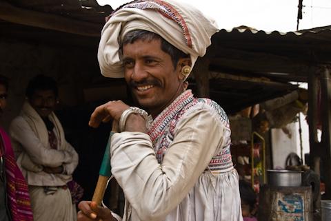 Nomaden in der Wüste von Gujarat mit Rindern und Kamelen